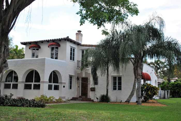 Rumah dengan Arsitektur Mediterania